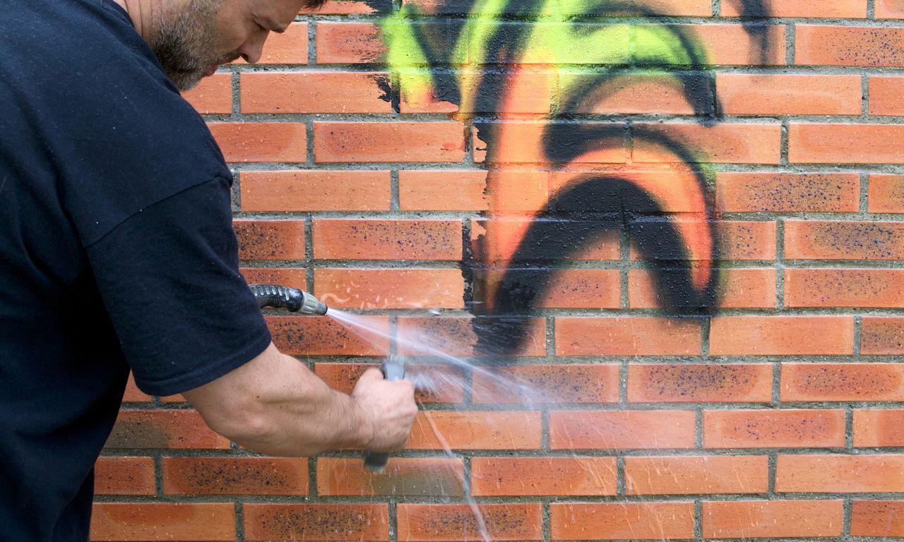 Graffitin poisto kylmällä vedellä