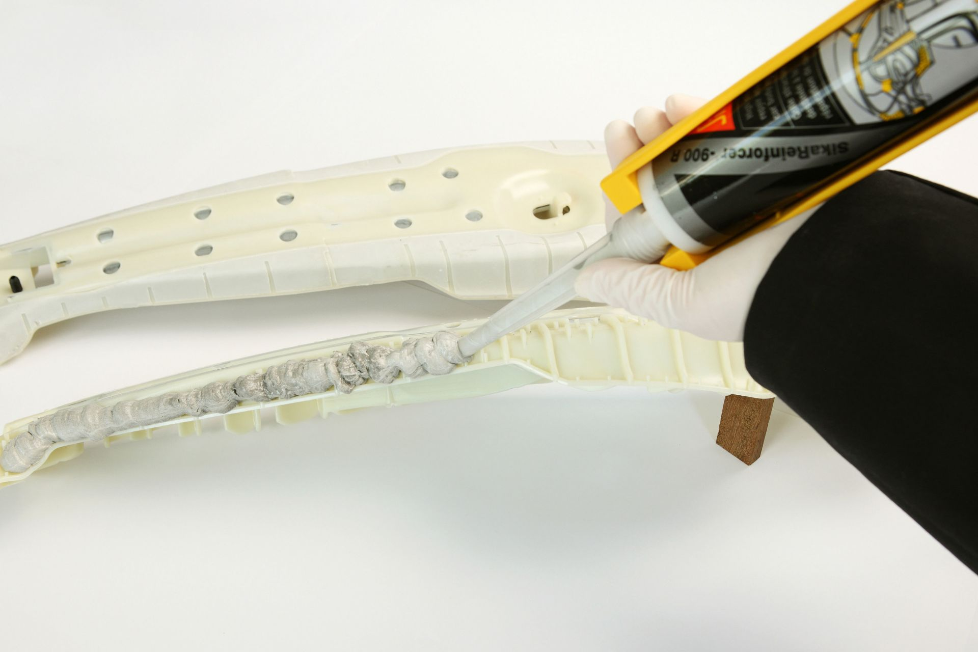 2c Repair adhesive for structural reinforcement application on SikaStructure B-Pillar