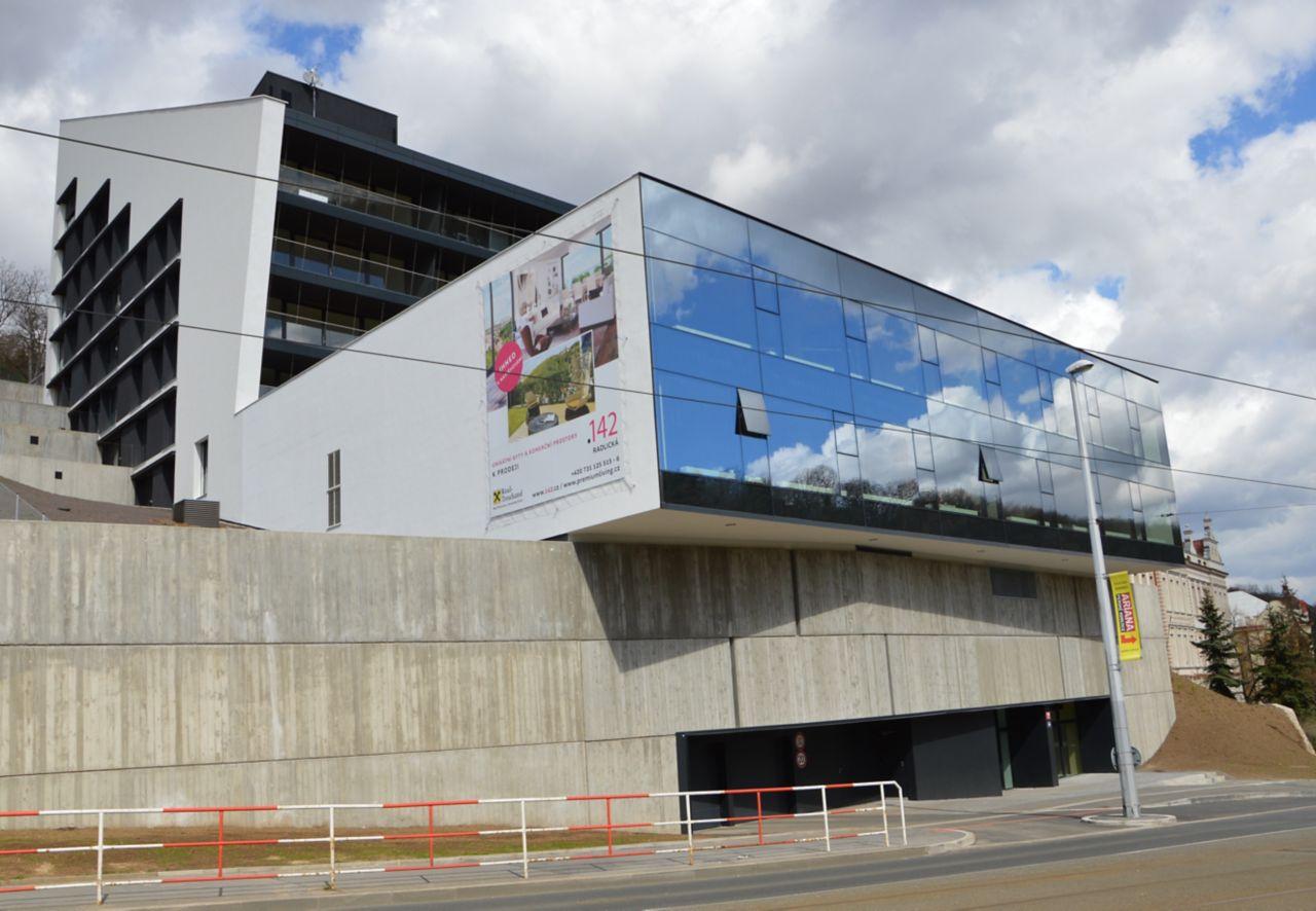 Obytná budova po dokončení její výstavby v roce 2015, jihozápadní pohled.