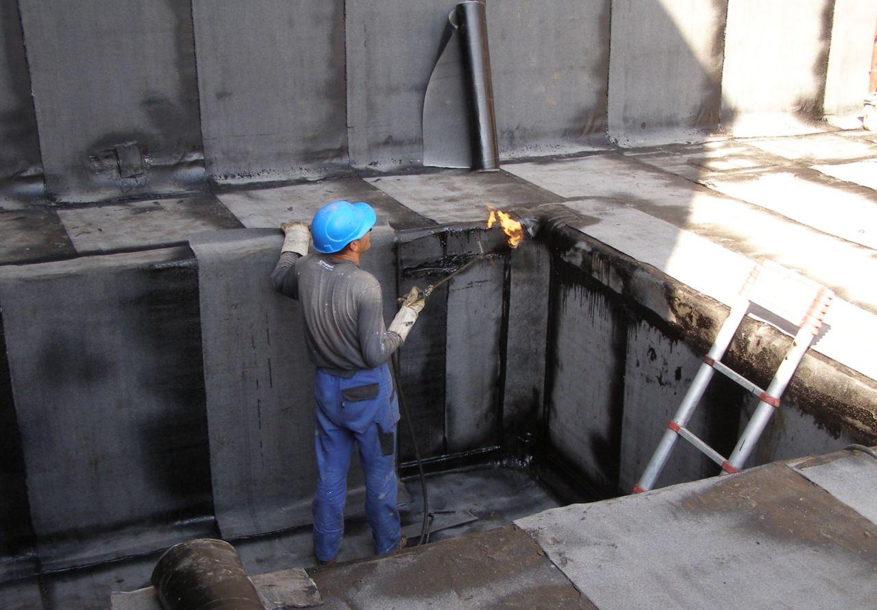Natavování asfaltových pásů plamenem hořáku