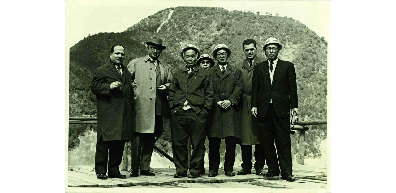 Sept hommes debout.