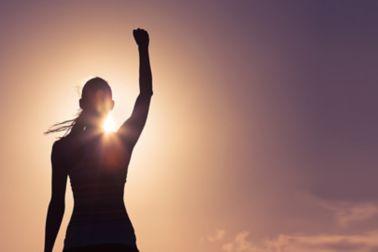 Frau vor der Sonne