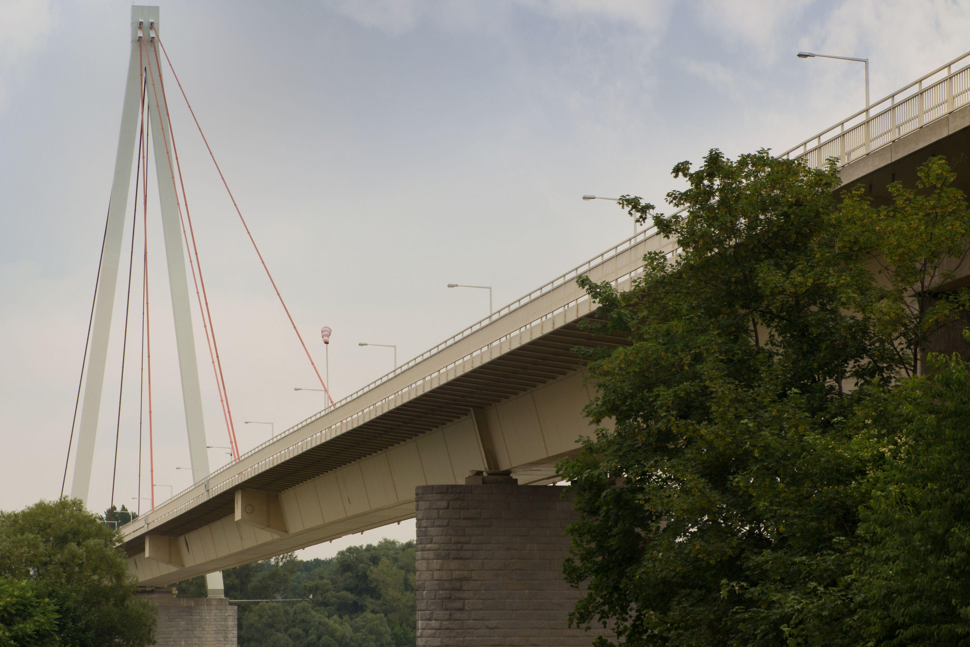 Schrägseilbrücke mit 77 Meter hohen Pylonen