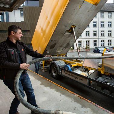 Auch Michael Jernei, R & D-Manager von Sika Österreich, half tatkräftig mit. Der Sika Dämmspeed-LKW ermöglicht die rasche Verarbeitung der Produkte