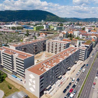 Gesamtüberblick über die fertige Wohnhausanlage mit rund 5.000 m2 Dachfläche