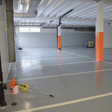 Durch helle Farben erstrahlt die Garage in neuem Glanz