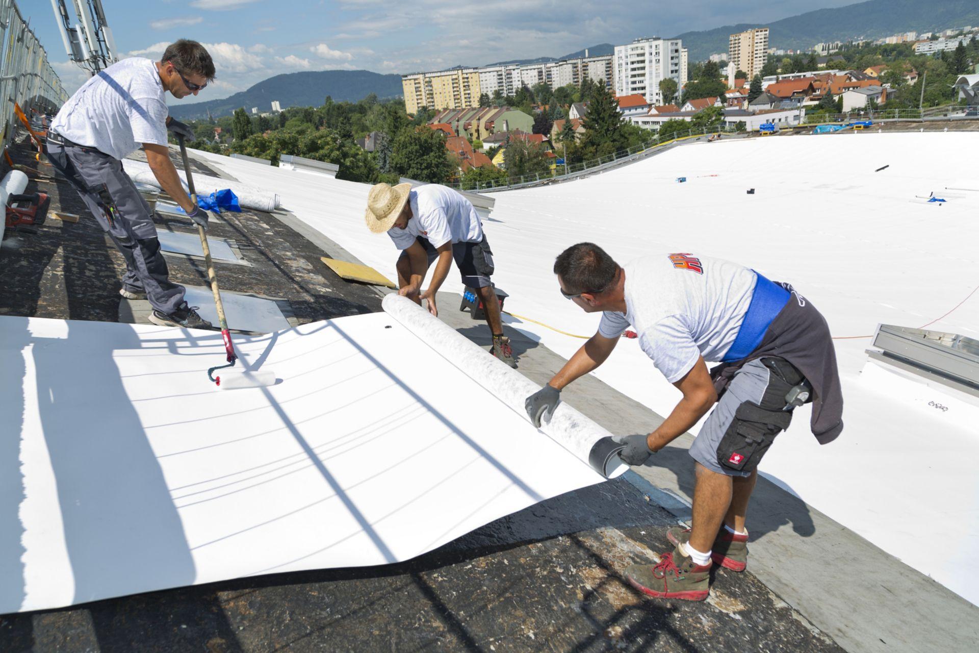 Anpressen der vlieskaschierten Dachbahnen