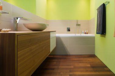 Holz erzeugt eine gemütliche, stilvolle Atmosphäre im Bad