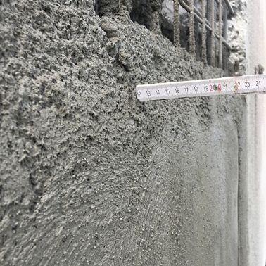 Ausgezeichnete Haftung am Untergrund (keine Haftbrücke erforderlich) ermöglicht das Applizieren von bis zu 12 cm in einem Arbeitsgang