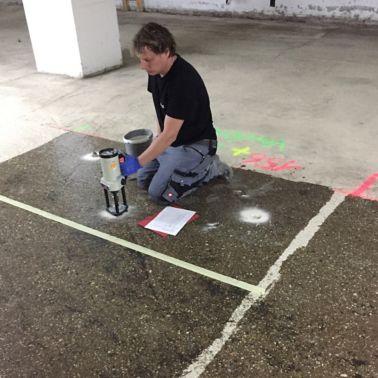 Prüfung der Haftzugfestigkeit auf einer Musterfläche im Zuge der laufenden Überwachung