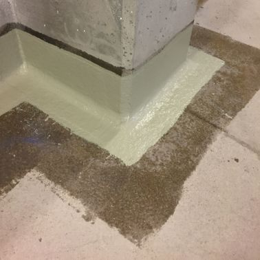 Hochzüge und Ecken werden mit einer nach ETAG 005 geprüften Flüssigkunststoffabdichtung mit Gewebeeinlage hergestellt