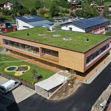Das Gebäude fügt sich harmonisch ins Landschaftsbild ein