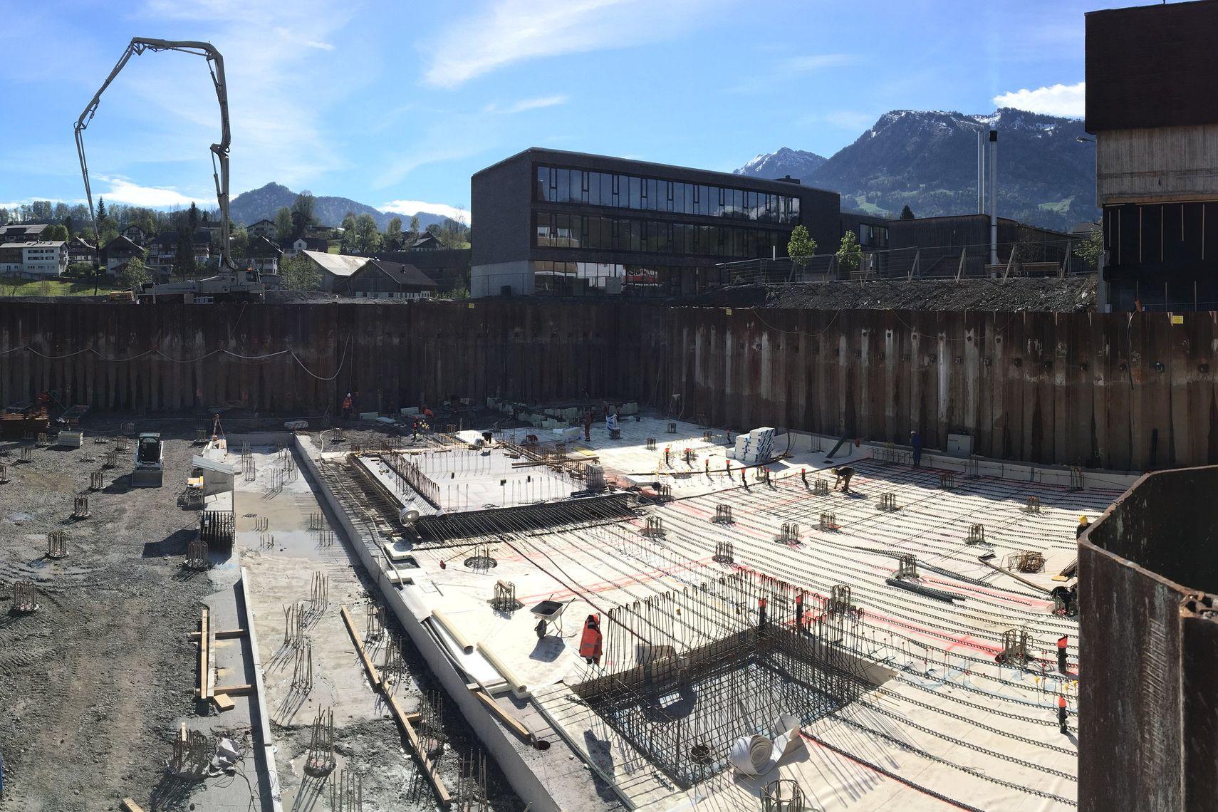 Wo vorher die alte Turnhalle und der Zwischentrakt standen, entsteht ein Schulgebäude mit einer Bruttogeschoßfläche von ~ 8.500 m²