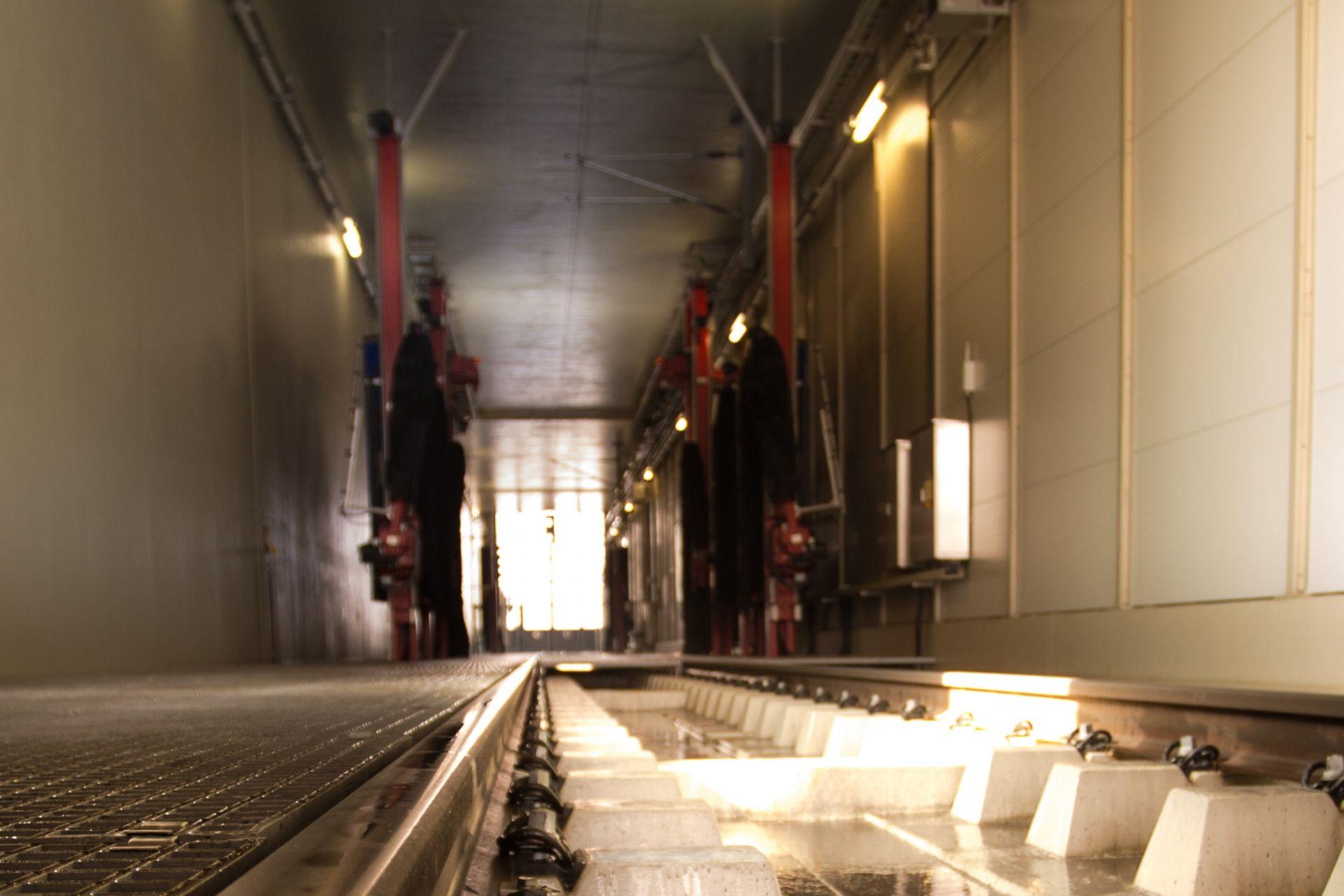 Auffangwanne der Gleisanlage für die Reinigungsreagenzien