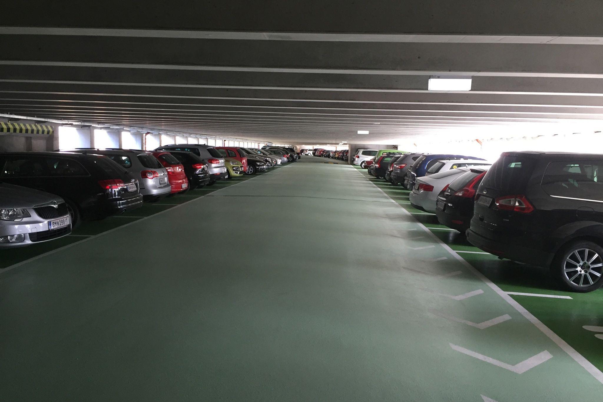 Es stehen 8 Familien- und 33 Frauenparkplätze zur Verfügung