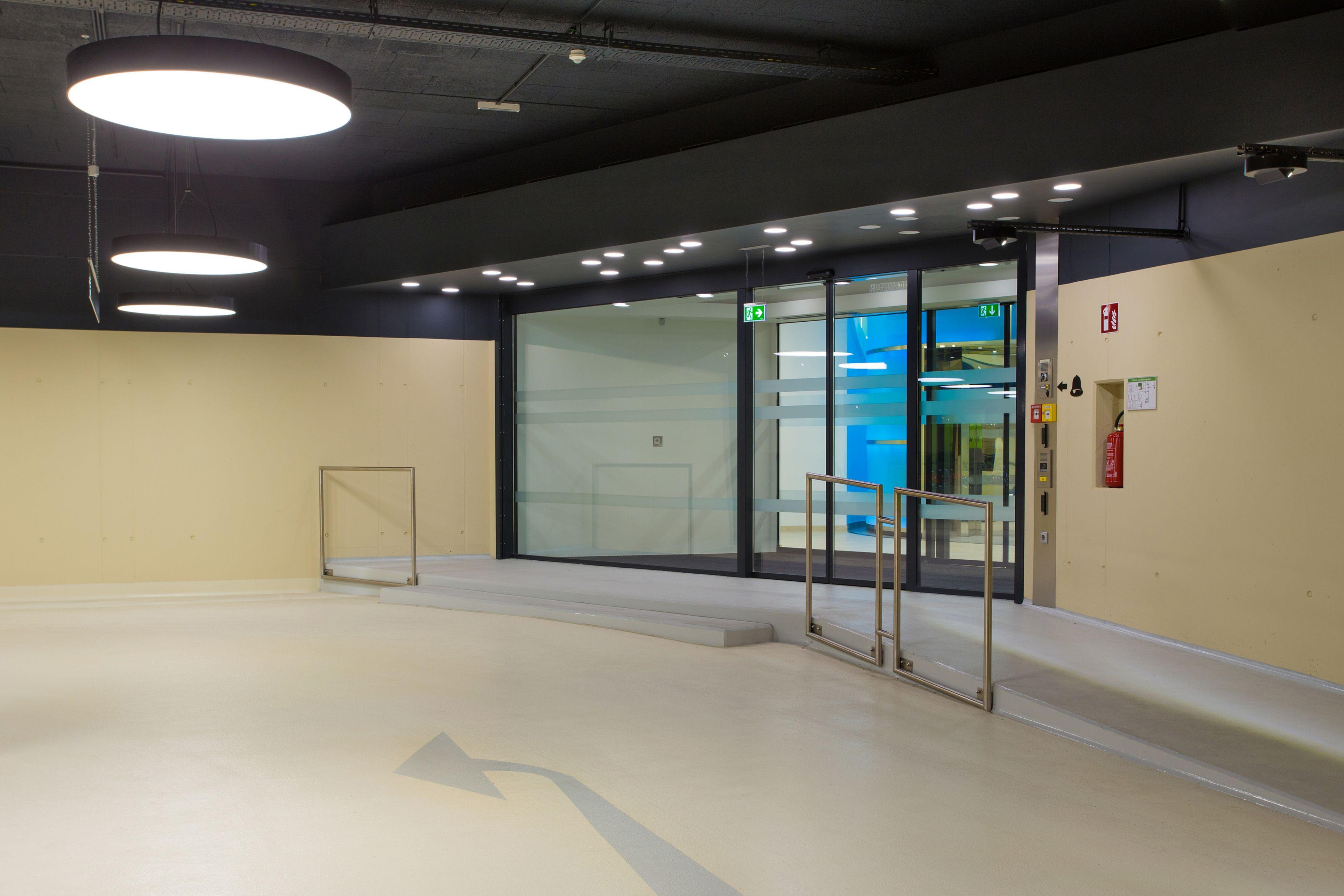 Fahrbereich, Rampe und direkter Zugang zum Multifunktionszentrum