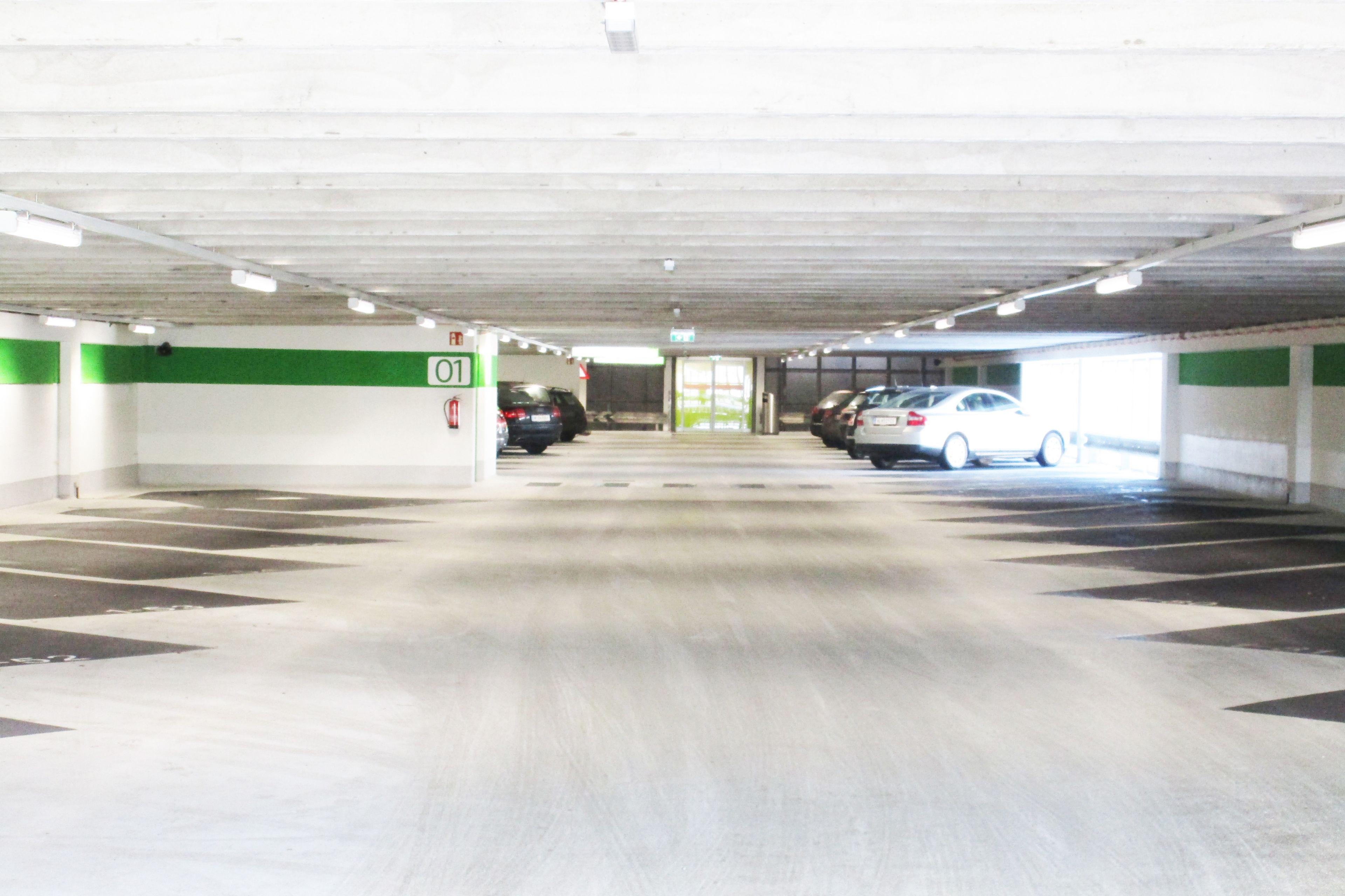 Die helle Garage mit direktem Zugang ins Center lädt zum Shoppen ein