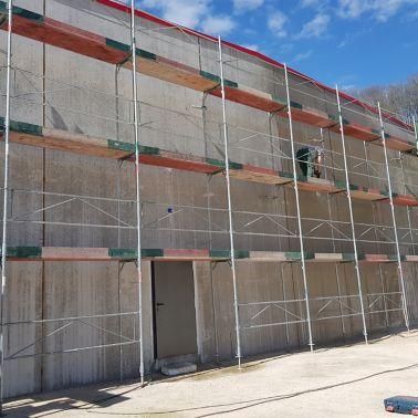 Nach Einrüstung der gesamten Wandfläche konnte mit der Fassadensanierung begonnen werden