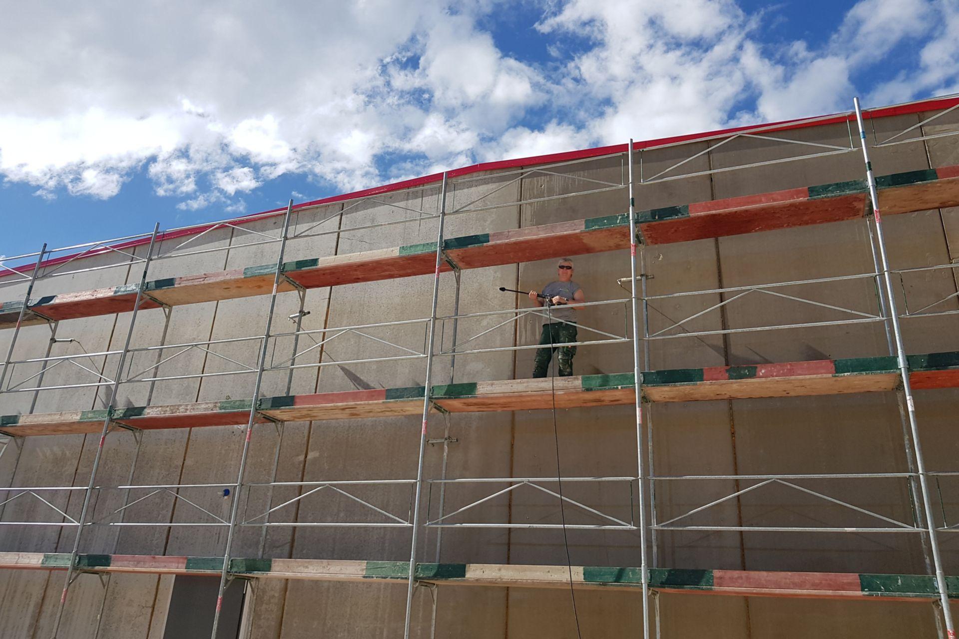 Grundierung der Wandfläche mit Sikagard®-525 W Aquaprimer