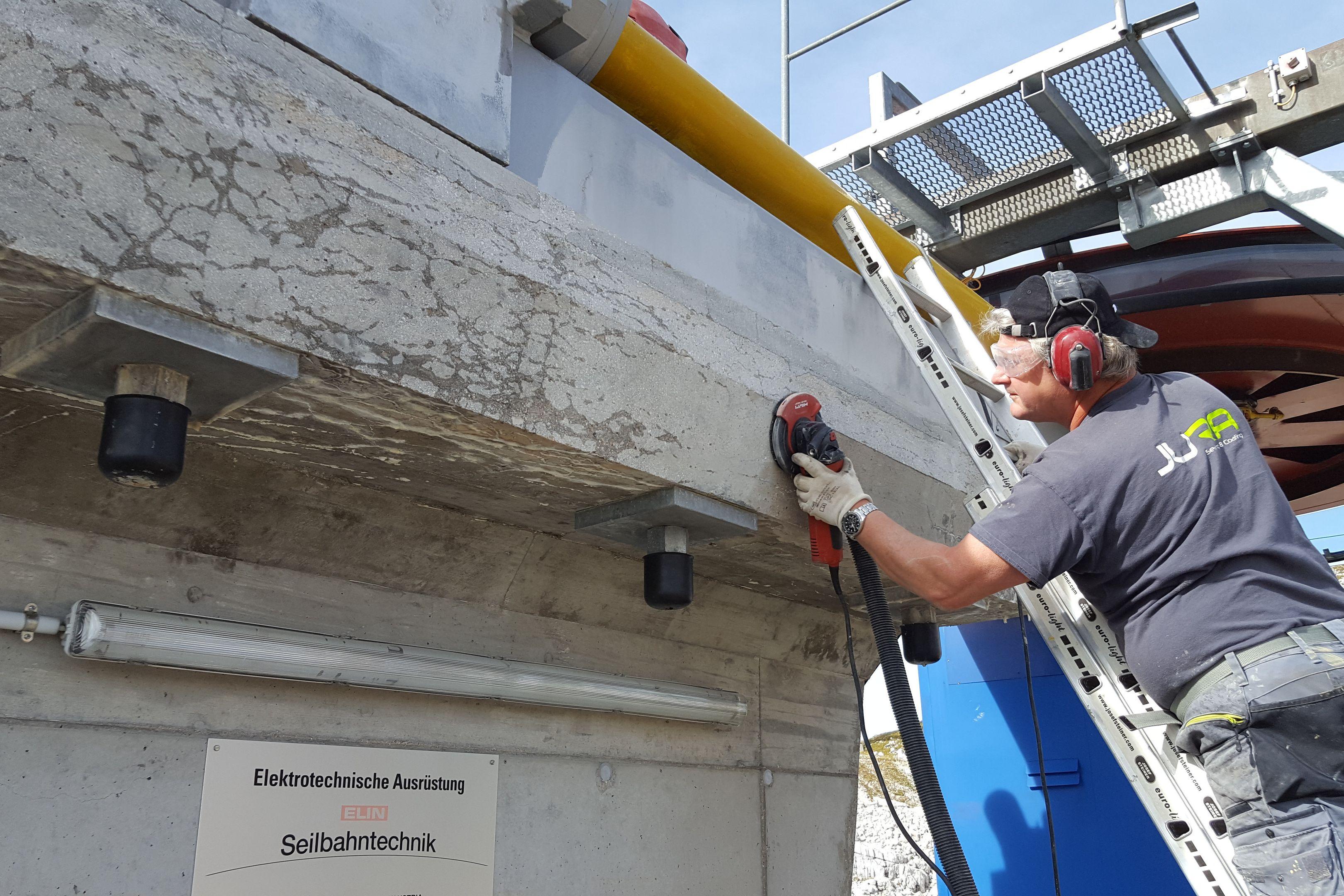 Nach Instandsetzung der Frostschäden und Abplatzungen erfolgte die professionelle Oberflächenvorbereitung für die nachfolgende Beschichtung