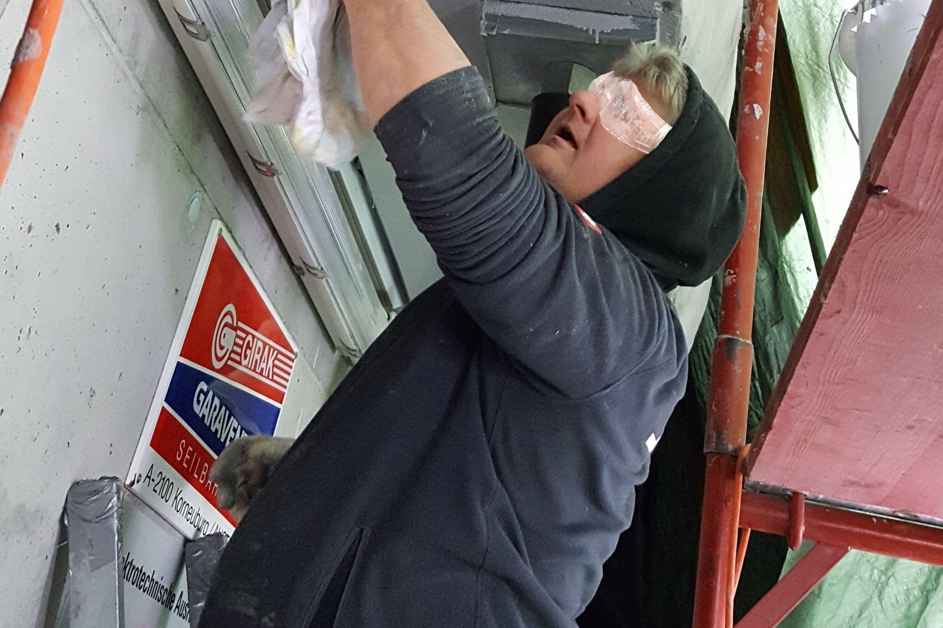 Abdichten der Betonoberfläche zwischen und rund um die Liftmechanik mit Sikafloor359