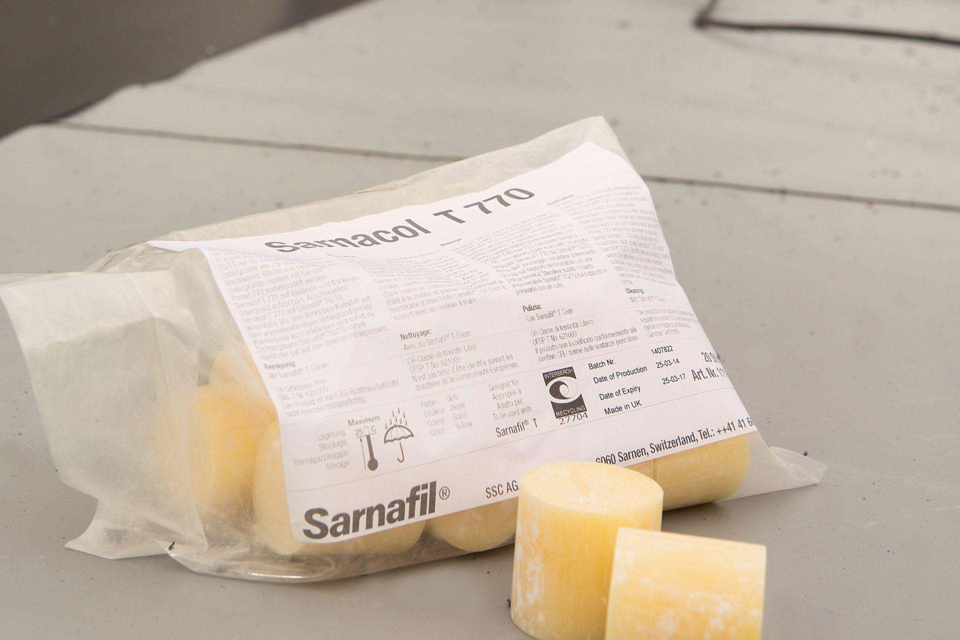 Verkleben der Attika mit dem emissionsarmen Sarnacol® T-770 Kleber