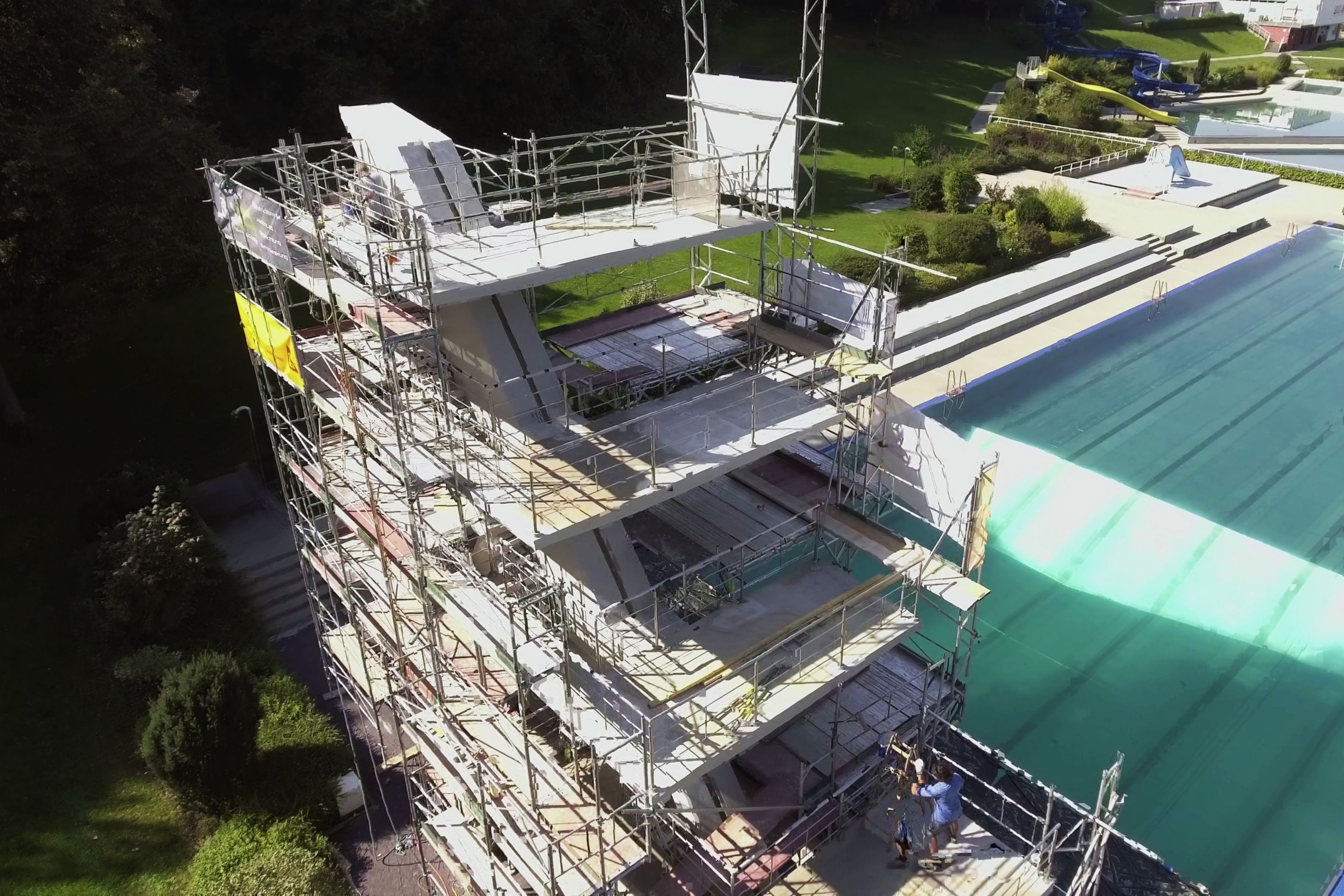Das 50-Meter Sportbecken mit seinem 10 m hohen Sprungturm bildet das Herzstück des Freibades in Steyr