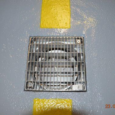 Die Ableitung des anfallenden Wassers erfolgt über eingebaute Gullys