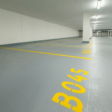 Gut sichtbare Bodenmarkierungen erleichtern die Orientierung