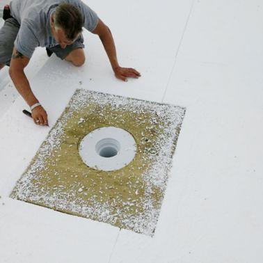Sichere Brandabschottung mit Steinwolle-Platten im Bereich der Flachdachentwässerung