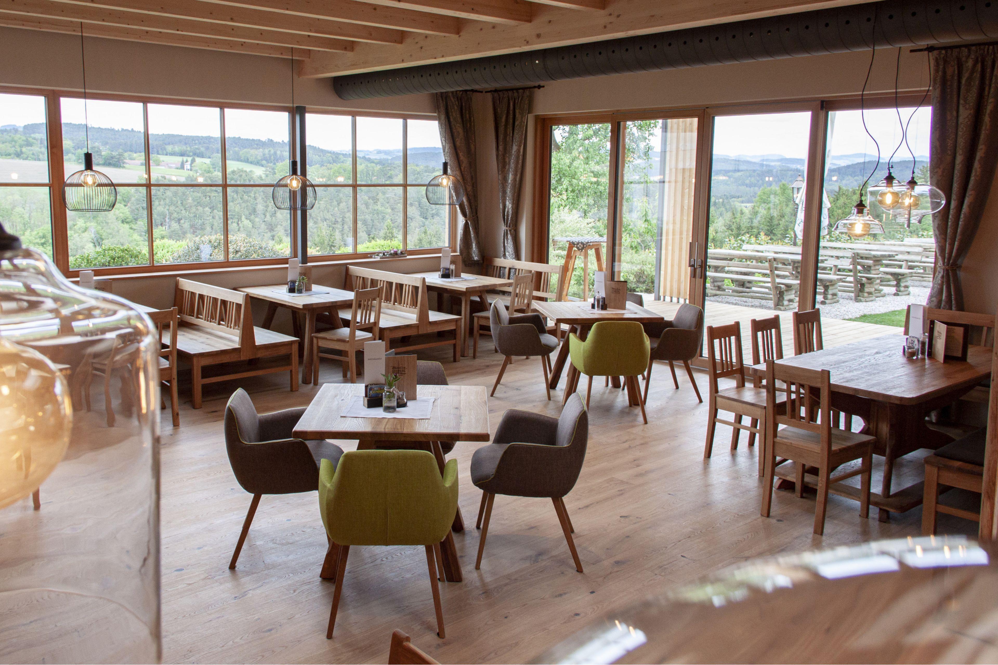 Heimelige Holzverkleidung und moderne Möbel sorgen für Wohlbefinden