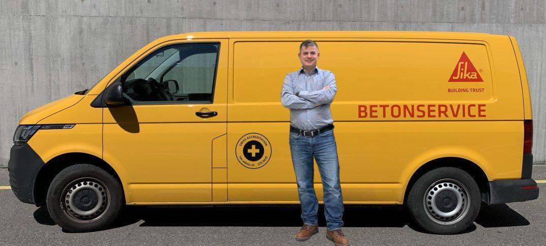 Beton Service Einsatzbus mit Akkreditierungslogo.