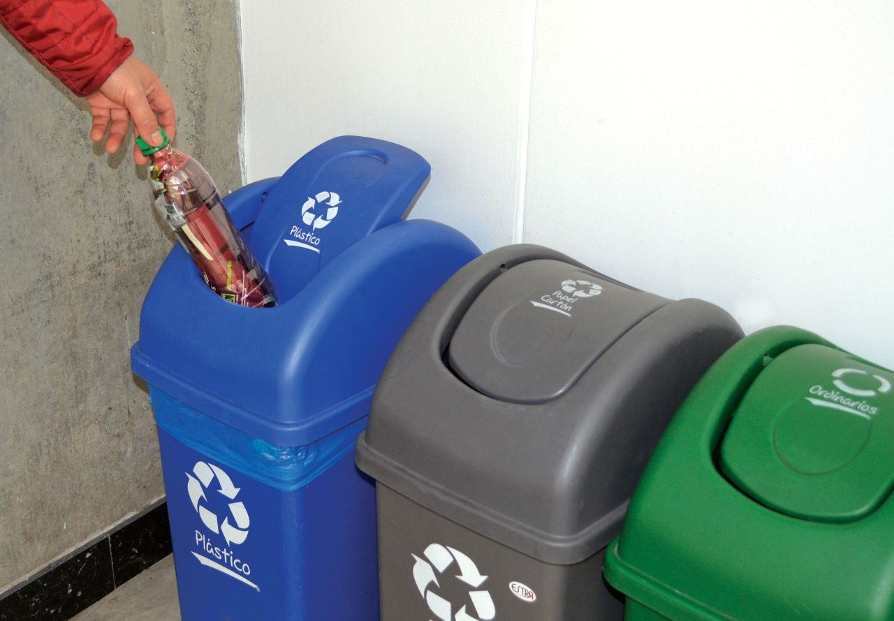 Reciclaje de botellas llenas de plastico