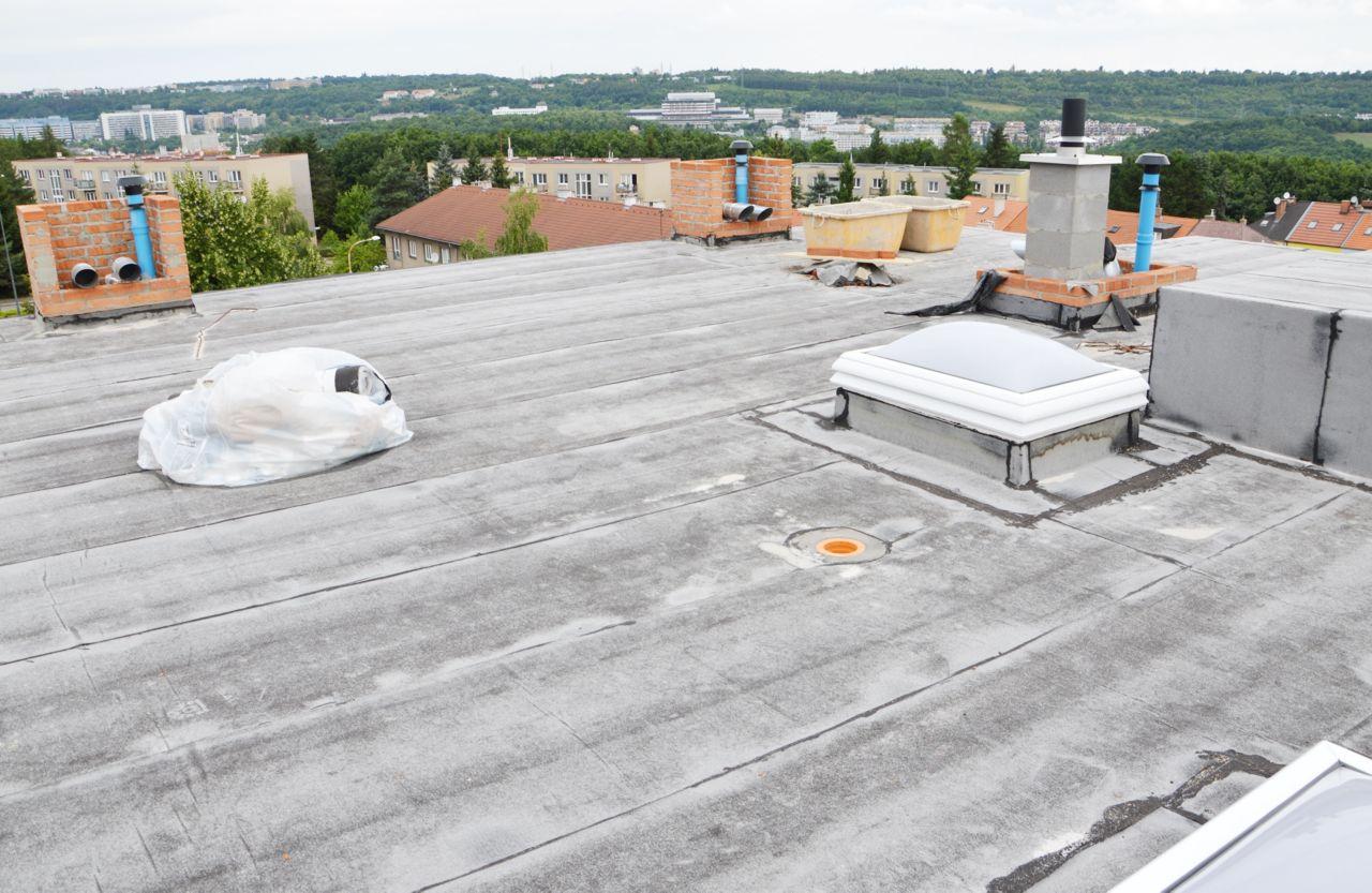 Pohled na střechu se samolepícími pásy PARAELAST FIX G30