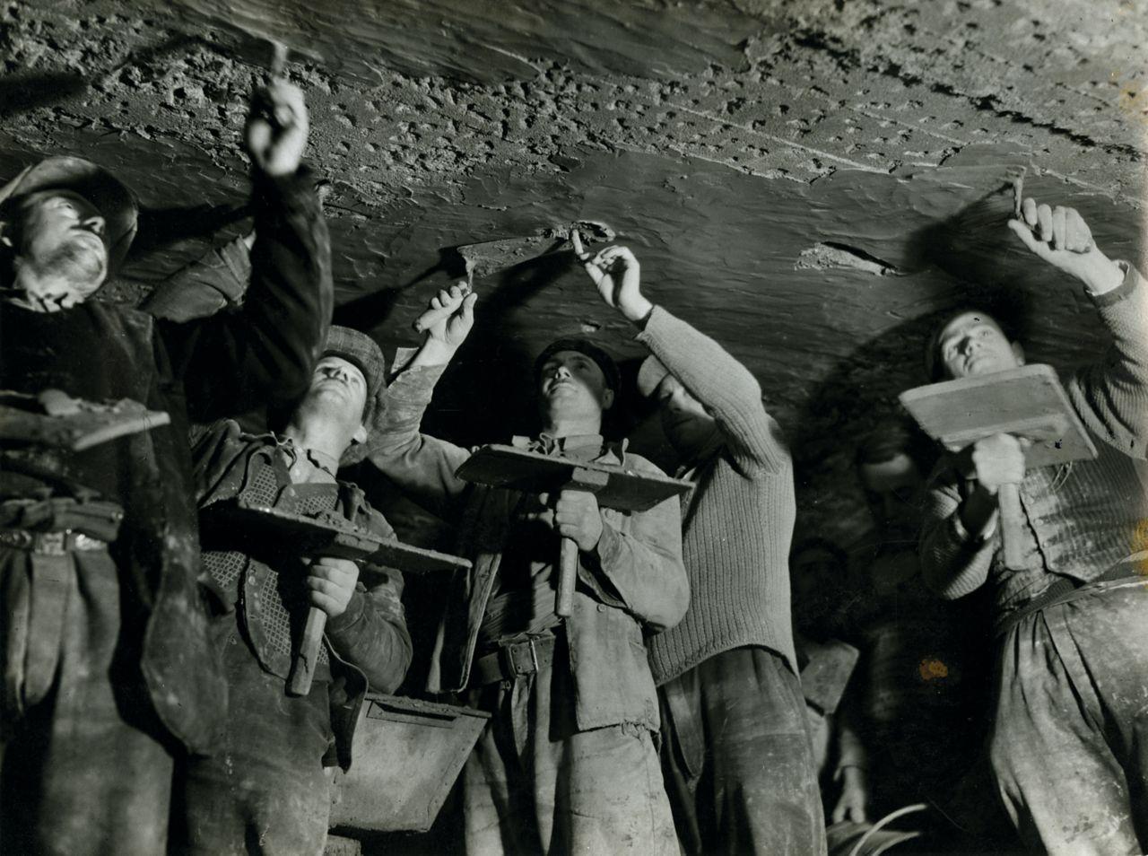 Arbeiter bei der Abdichtung eines Tunnels