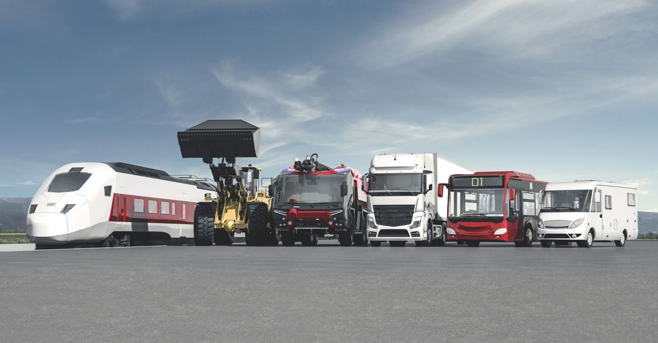 Zug, Radlader, Einsatzfahrzeug, LKW, Bus, Caravan nebeneinander