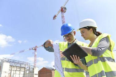 Planer auf Baustelle