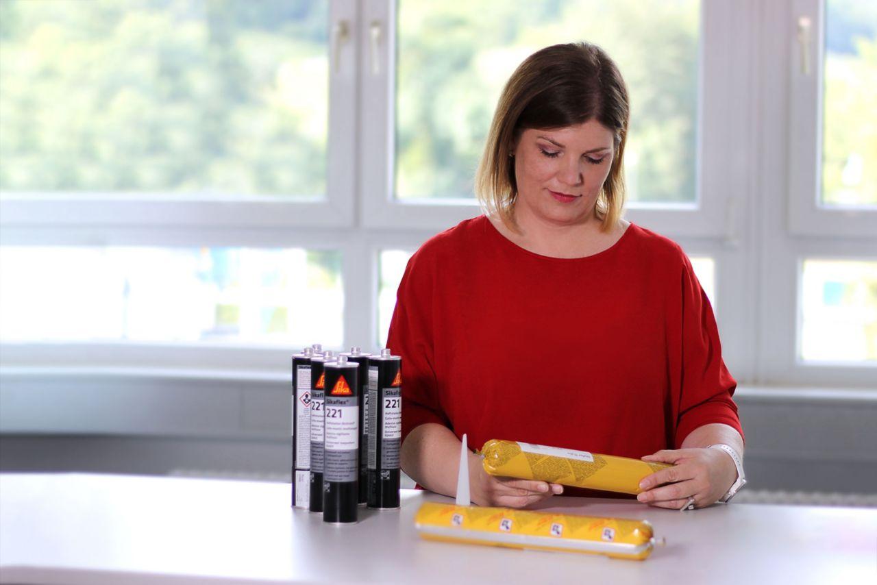 Frau hält Sika Produkte in der Hand