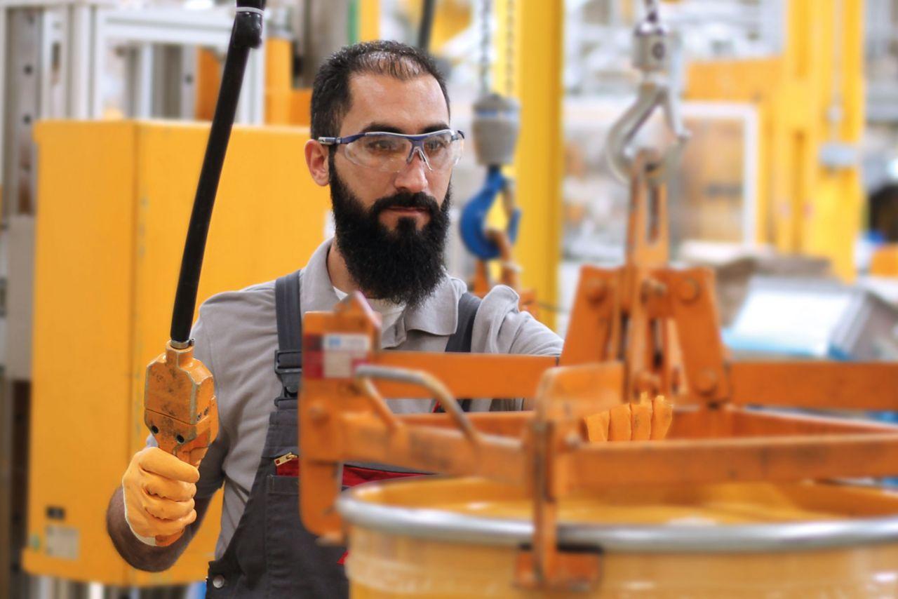 Mann arbeitet in der Produktion