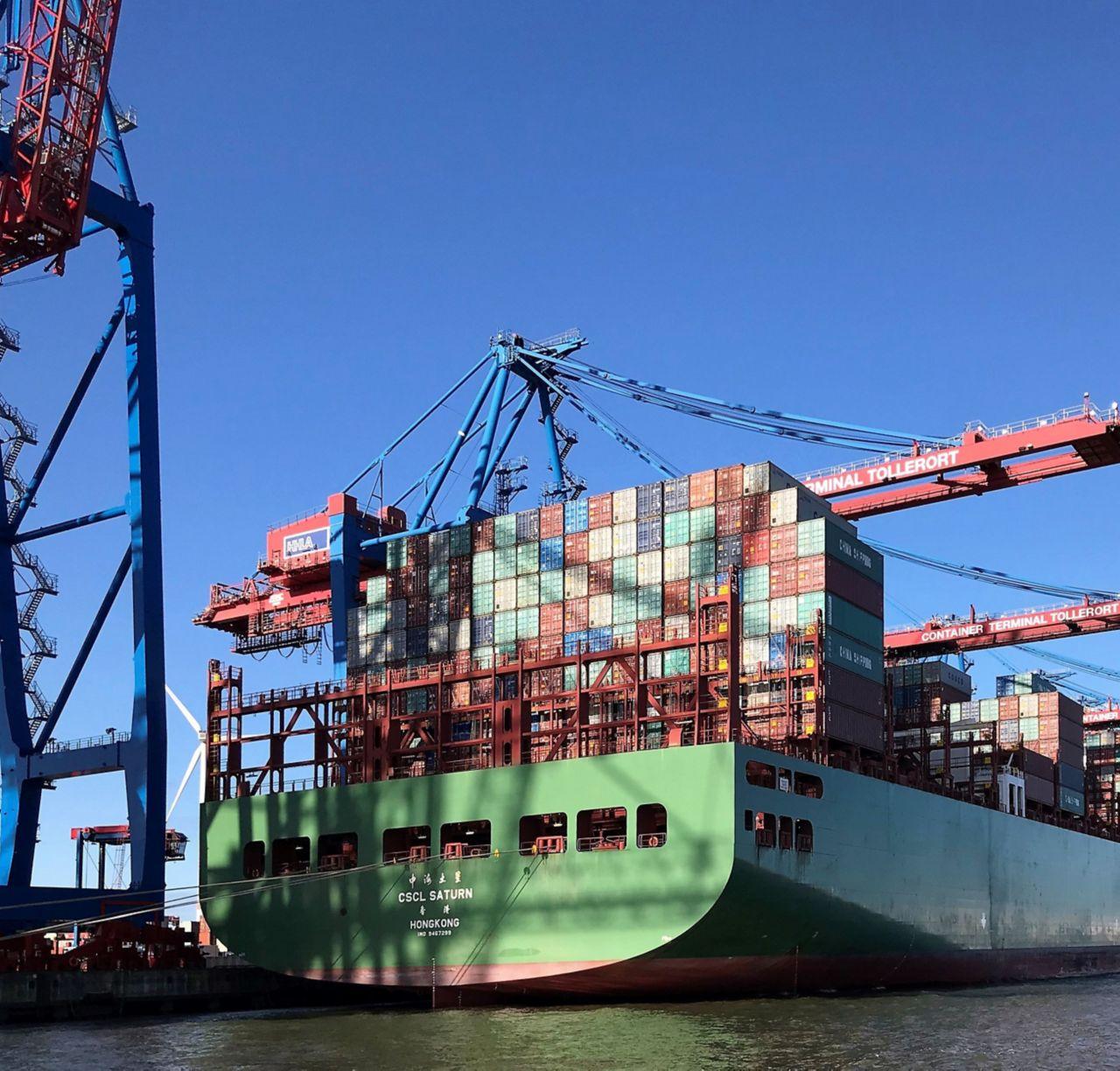 Bild eines voll beladenen Containerschiffes