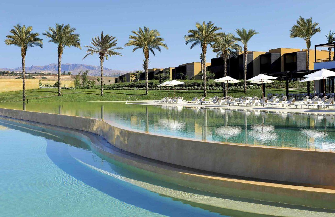 Un grande piscine dans un hôtel de luxe