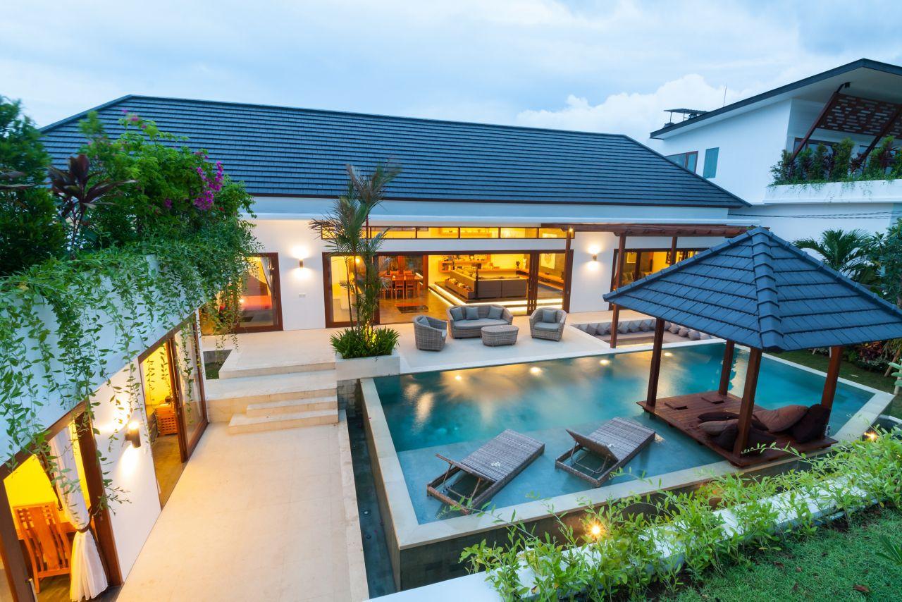 Une maison moderne avec salon, piscine, belvédère