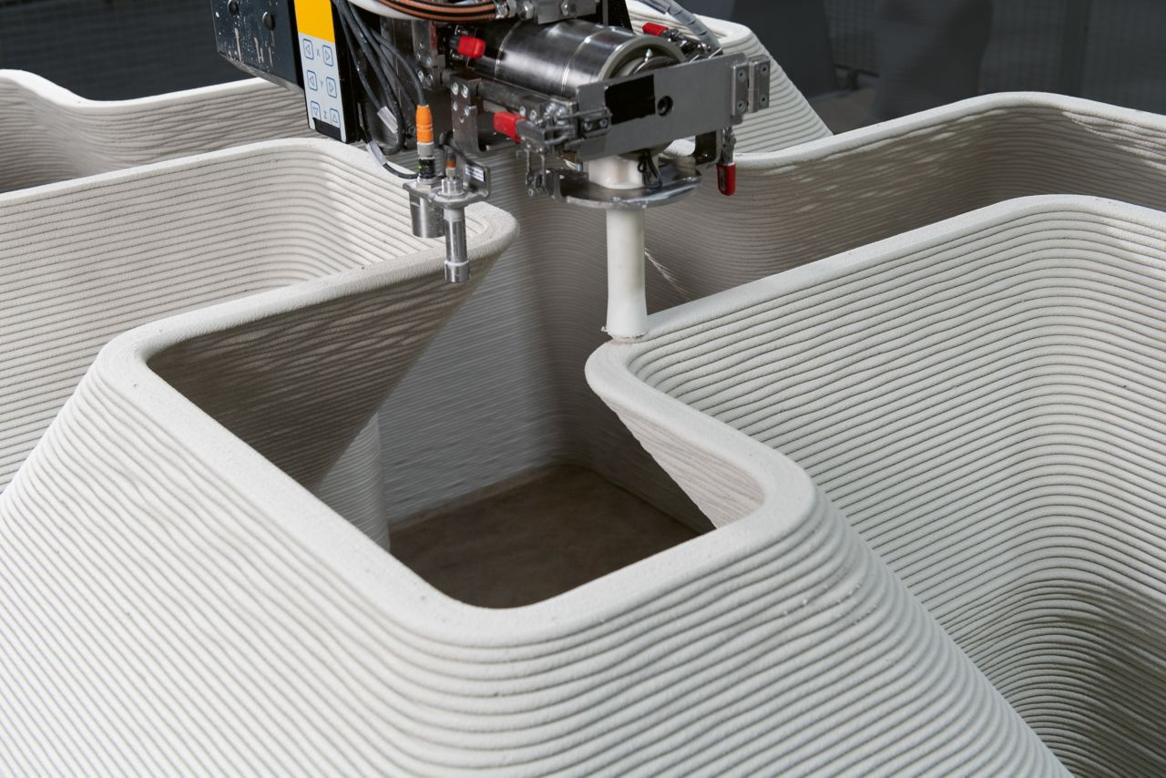 In the patented print head developed by Sika for 3D concrete printing, the mortar is mixed with various additives. Within seconds it adheres to the previously applied concrete layer.