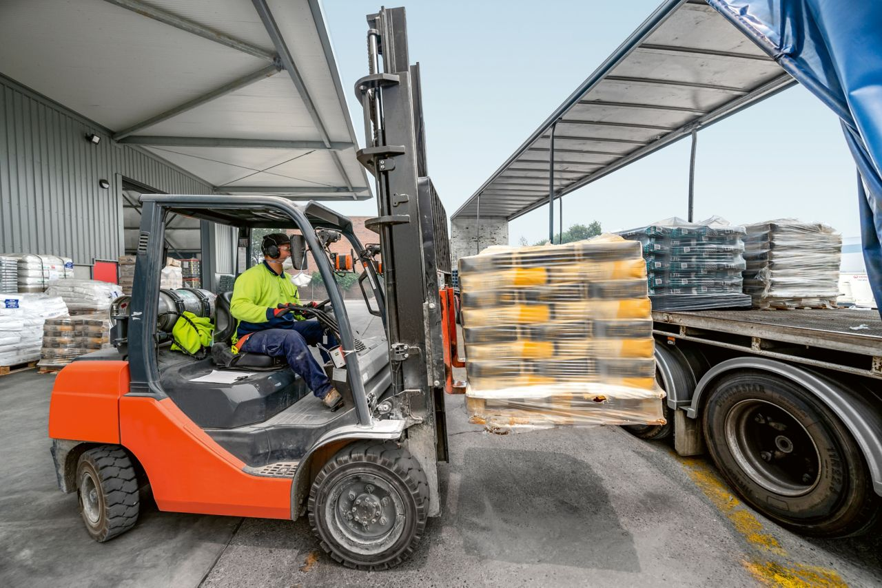 Thanks to optimized logistics, Sika products are always precisely where the customers need them to be, at the right time, and in the correct quantity.benötigen, zum richtigen Zeitpunkt und in der richtigen Menge.
