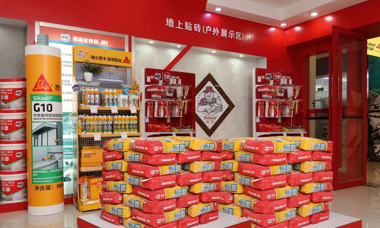 Bis Ende 2019 hat Sika bereits über 2'000 Shop-in-Shop-Konzepte in China etabliert. Neben M?rtelprodukten von Davco finden Handwerker hier die passenden Dicht- und Klebstoffe aus dem Sika Sortiment.