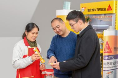 The Sika products' high-quality properties are demonstrated to craftsmen in the new points of sale