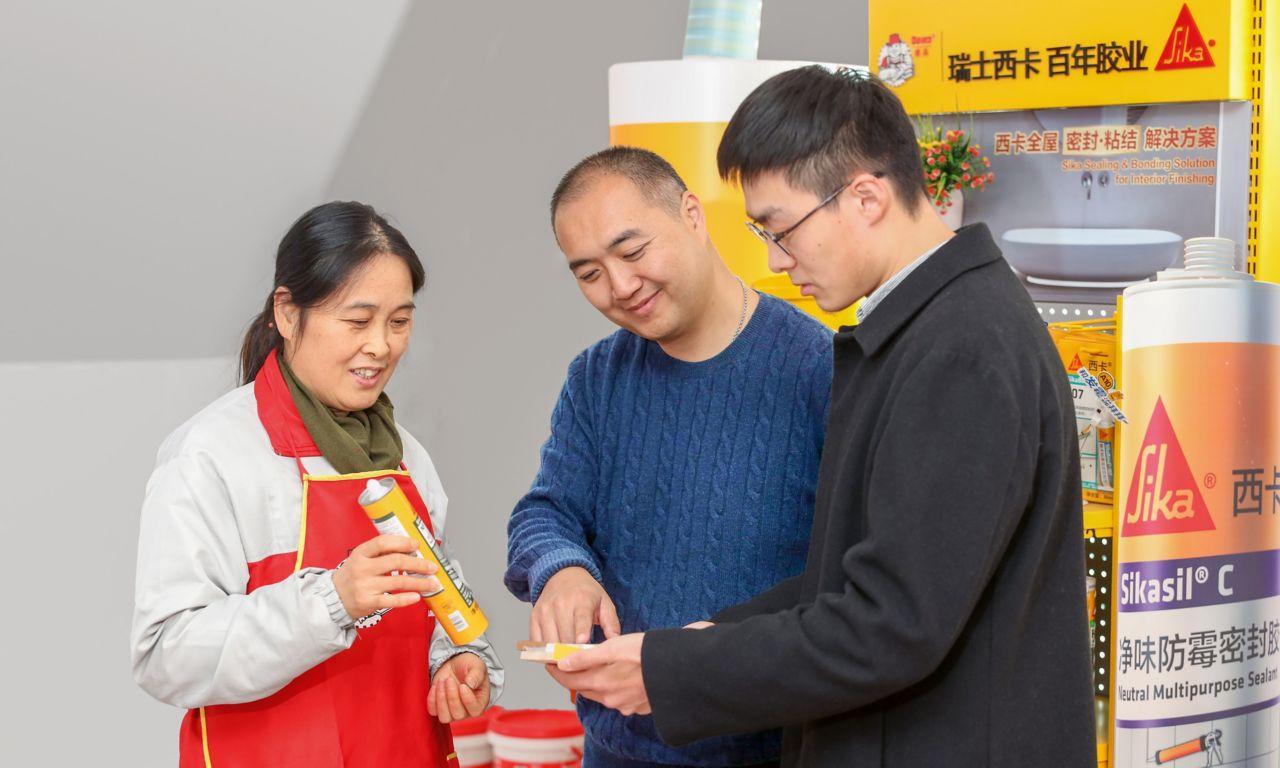 Handwerker lassen sich von der Qualit?t der Sika Produkte überzeugen. Der Zugang zum Vertriebsnetz von Parex er?ffnet ein grosses Gesch?ftspotenzial in China.
