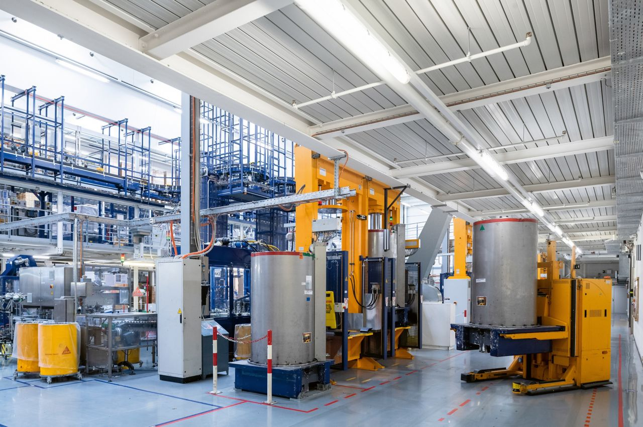 Die Klebstoffproduktion im Sika Werk Düdingen in der Schweiz ist vollständig automatisiert – von der Bereitstellung der Ausgangsstoffe über die Produktion und das Abfüllen des fertigen Endprodukts in Kartuschen, bis hin zur Verpackung und Palettisierung der Kartuschen.
