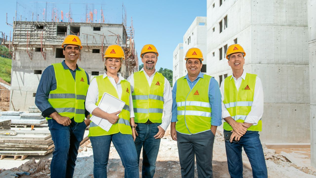 High-quality solutions for the social housing projects of the Brazilian construction group Direcional Engenharia:Sika integrated Parex quickly and successfully. The experts from the two companies worked closely together from the beginning. Left to right: Kilson Nogueria, Commercial Director; Lígia Botelho, Commercial Technical Coordinator, Southeast; Márcio Tavares, Sales Supervisor Portokoll Southeast; Paulo Neves, Mortar Technical Seller; Mauricio Borger, Business Manager.