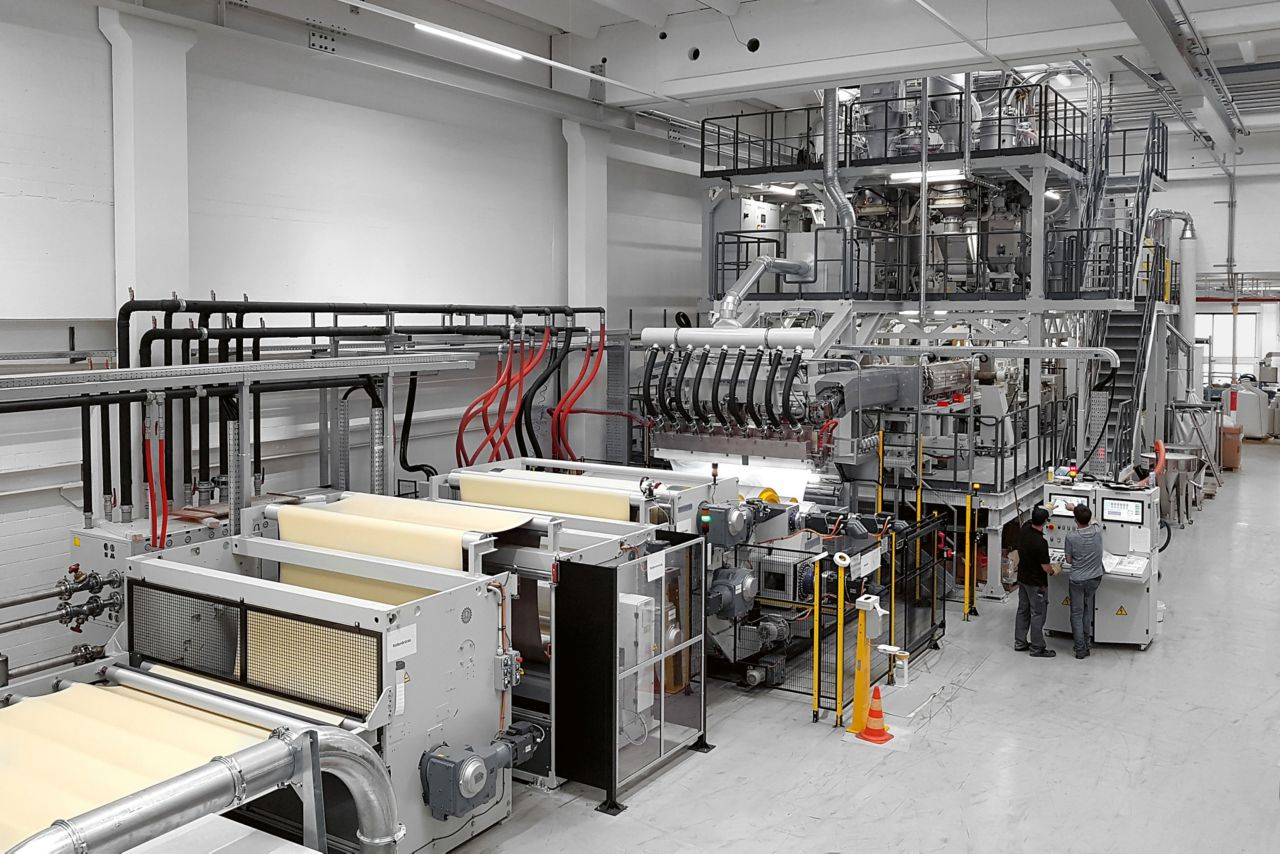 The new facility in Sarnen in Switzerland allows for the production of SikaProof® A+ membranes in a single working step, increasing both production and capacity.